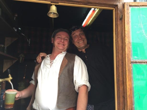 Stephan, was macht Arnt in deinem kleinsten Pub der Welt?